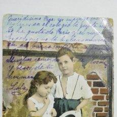 Postales: POSTAL COLOREADA, NIÑA CON CESTA Y NIÑO CON SOMBRERO, CIRCULADA, AÑOS 20. Lote 170830385
