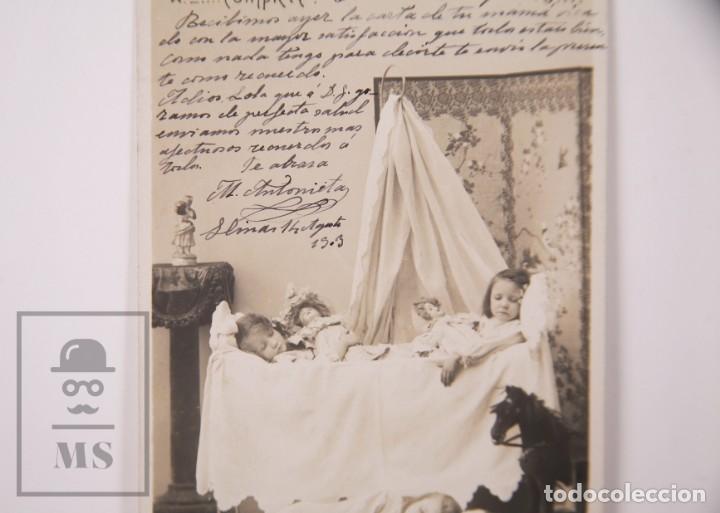 Postales: Postal Fotográfica Niñas Durmiendo con Muñecas y Juguetes - Matasellos Barcelona / Llinás, 1903 - Foto 2 - 170931785