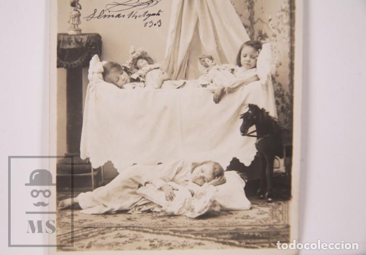 Postales: Postal Fotográfica Niñas Durmiendo con Muñecas y Juguetes - Matasellos Barcelona / Llinás, 1903 - Foto 3 - 170931785