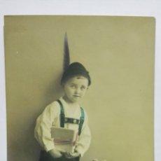Postales: POSTAL COLOREADA, NIÑO VESTIDO DE TIROLES CON CESTA DE FLORES, CIRCULADA, AÑO 1920. Lote 171128670