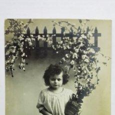 Postales: POSTAL, NIÑA CON DOS MACETAS DE FLORES, CIRCULADA CON SELLO REPUBLICA DE CUBA, AÑO 1913. Lote 171420540