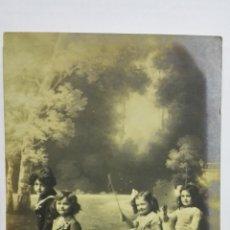 Postales: POSTAL, DOS NIÑAS Y DOS NIÑOS TIRAN DE CARRO CON FLORES, CIRCULADA, AÑOS 20. Lote 171422492