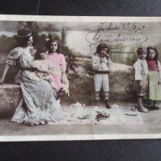 Postales: POSTAL NIÑOS CON MUJER TOMANDO EL TE. Lote 171508713
