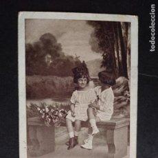 Postales: POSTAL PAREJA NIÑOS SENTADOS EN UN BANCO. Lote 171509037