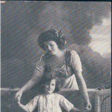 Postales: POSTAL RETRATO FAMILIAR - MADRE Y NIÑA. Lote 172279334