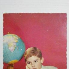 Postales: POSTAL NIÑO CON LUPA Y GLOBO TERRESTRE, AÑOS 50. Lote 175913450