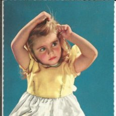 Postales: POSTAL NIÑA ARREGLANDOSE EL PELO - 1960. Lote 176032412