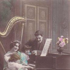 Postales: NIÑA TOCANDO EL PIANO CON SUS PADRES EN EL FONDO UN ARPA ED. FRISA CIRCULA PRINCIPIOS SIGLO XX 2999. Lote 176761395