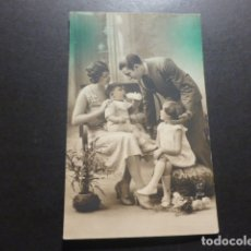 Postales: NIÑOS CON PADRES POSTAL. Lote 177802890
