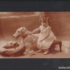 Postales: ANTIGUA POSTAL NIÑA CON PERRO. CIRCULADA.. Lote 179020901
