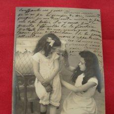 Postales: POSTAL - ROMÁNTICA - NIÑAS DE LA ÉPOCA JUGANDO A COSTURERAS - C M PARÍS. Lote 179221790