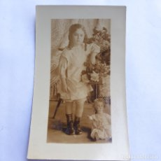 Postales: ANTIGUA FOTO-POSTAL DE NIÑA CON MUÑECA. SIN CIRCULAR. Lote 179341893