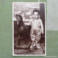 Postales: ANTIGUA FOTO-POSTAL DE NIÑO CON CABALLO DE JUGUETE. SIN CIRCULAR.. Lote 180027270