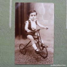 Postales: ANTIGUA FOTO-POSTAL DE NIÑO CON TRICICLO. SIN CIRCULAR. Lote 180027648