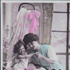 Postales: POSTAL MADRE CON SU HIJA EN LA CUNA . Lote 180229362