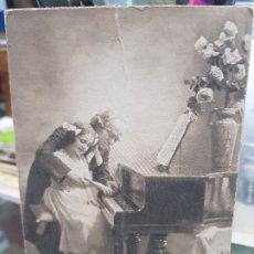 Postales: ANTIGUA POSTAL ROMANTICA NIÑA TOCANDO EL PIANO 1913. Lote 180447711