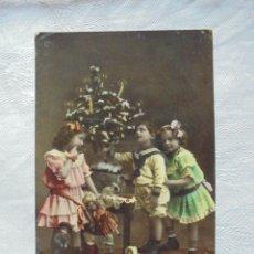 Postales: POSTAL NAVIDEÑA NIÑOS CON ARBOL Y REGALOS 1910. Lote 182745940