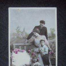 Postales: POSTAL PRIN 1900 NIÑOS CON PADRES. Lote 182746200