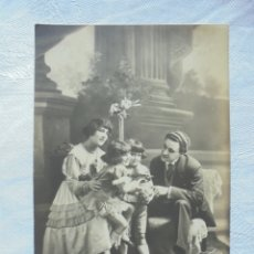 Postales: POSTAL PRIN 1900 NIÑOS CON PADRES. Lote 182746432