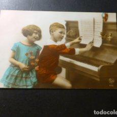 Postales: NIÑOS TOCANDO EL PIANO POSTAL. Lote 183389141