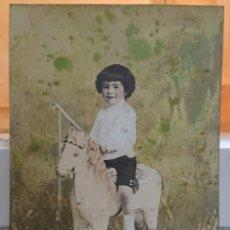 Postales: NIÑO CON CABALLO DE CARTÓN. COLOREADA, RARA.. Lote 184803546