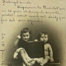 Postales: TARJETA POSTAL. INFANTIL. NIÑOS SENTADOS EN UN BANCO CON UN LIBRO. VER FOTOS. Lote 185952436