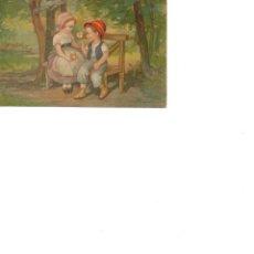 Postales: DOS NIÑOS SENTADOS EN EL PARQUE CON UNA MARGARITA CIRCULADA AÑOS 30. Lote 186164700