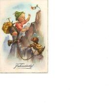 Postales: NIÑO ESCALANDO MONTAÑA CON SU PERRO PARA COGER UNA FLOR CIRCULADA AÑOS 50 FELICIDADES. Lote 186165258
