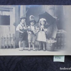 Postales: POSTAL PRIN. 1900 NIÑOS CON PARAGUAS. Lote 186332877