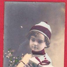 Postales: AB758 NINO CON GORRO Y PAQUETES DE REGALOS. Lote 189468677