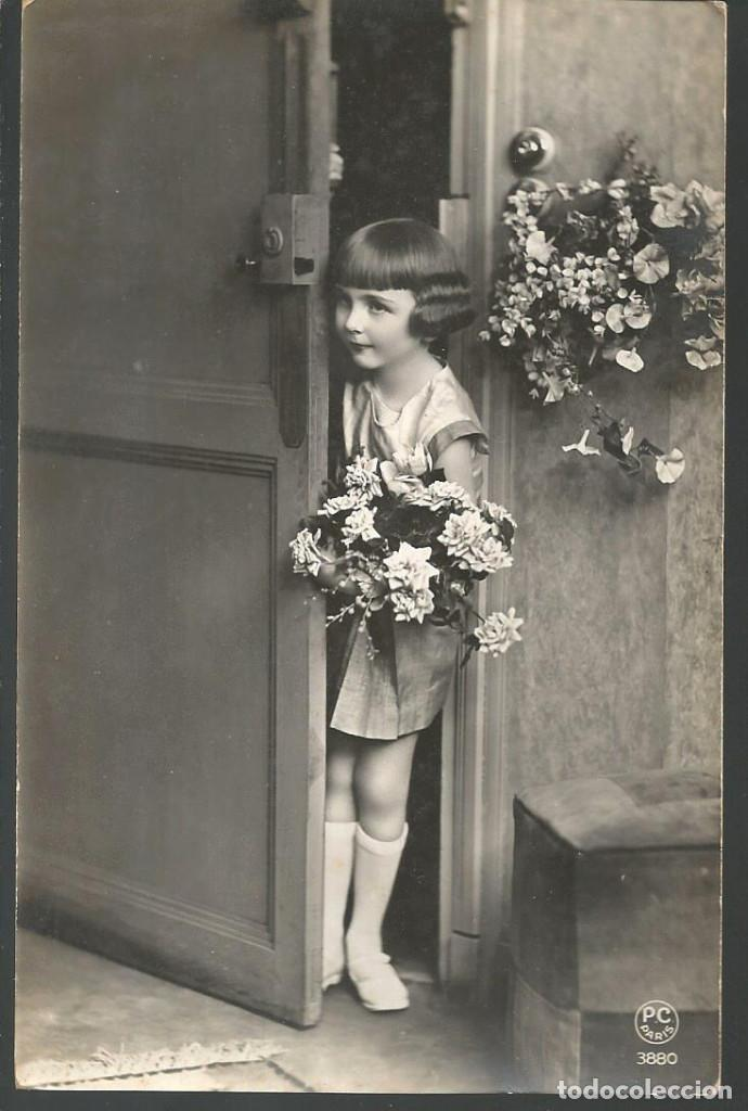 POSTAL FELICITACIÓN P.C. PARIS 3880 *NIÑA CON FLORES* (Postales - Postales Temáticas - Niños)