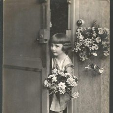 Postales: POSTAL FELICITACIÓN P.C. PARIS 3880 *NIÑA CON FLORES*. Lote 189643887