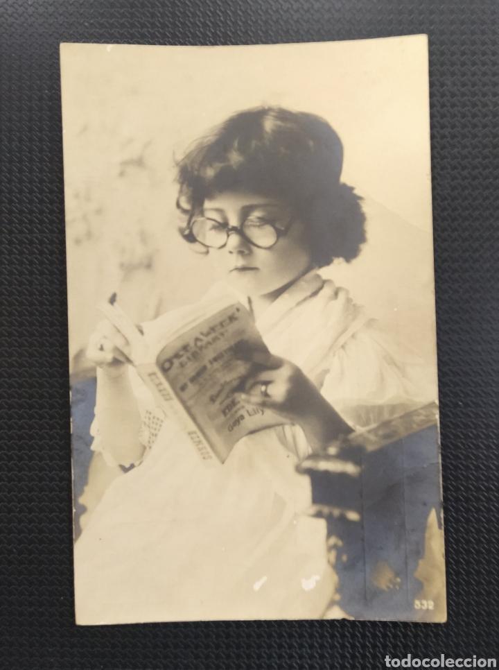 C.R. POSTAL ANTIGUA , NIÑA DE LA ÉPOCA LEYENDO UN LIBRO (Postales - Postales Temáticas - Niños)