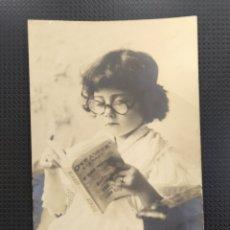 Postales: C.R. POSTAL ANTIGUA , NIÑA DE LA ÉPOCA LEYENDO UN LIBRO. Lote 194076998