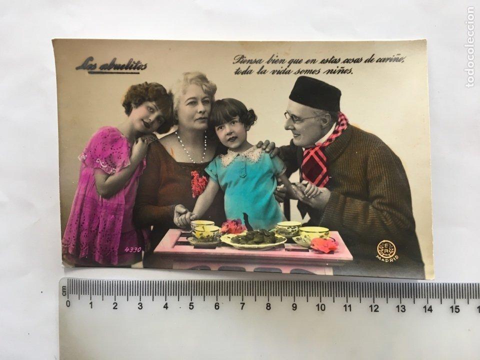 POSTAL ROMÁNTICA. ESCENA FAMILIAR, ABUELOS Y NIETAS. H. 1945?. (Postales - Postales Temáticas - Niños)