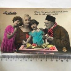 Postales: POSTAL ROMÁNTICA. ESCENA FAMILIAR, ABUELOS Y NIETAS. H. 1945?.. Lote 195183031
