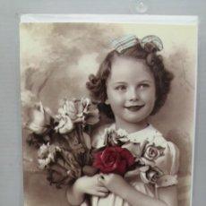 Postales: POSTAL FOTOGRAFÍA NIÑA EN BLANCO Y NEGRO CON UN TOQUE ROJO SIN ESTRENAR Y CON SOBRE . Lote 196327973