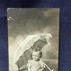 Postales: POSTAL NIÑA SENTADA CON VESTIDO SEDA SOMBRILLA 1911. Lote 196454628