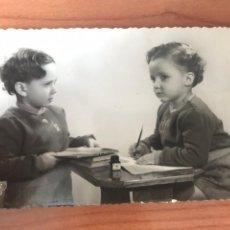 Postales: ANTIGUA POSTAL FOTOGRAFICA - BONITA PAREJA DE NIÑOS - EDICIONES C Y Z 140 - CIRCULADA 1952. Lote 197805860