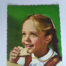 Postales: POSTAL NIÑA COMIENDO PAN AÑO 1963. Lote 199933431