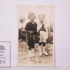 Postales: ANTIGUA POSTAL FOTOGRÁFICA - NIÑOS / TRAJE MARINERO Y DAMA - AÑOS 30. Lote 204237246