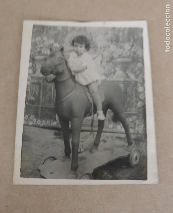 FOTOGRAFIA DE NIÑA CON SU CABALLITO DE CARTON, MIDE 9 X 7 CMS. (Postales - Postales Temáticas - Niños)