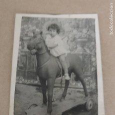 Postales: FOTOGRAFIA DE NIÑA CON SU CABALLITO DE CARTON, MIDE 9 X 7 CMS.. Lote 204509871