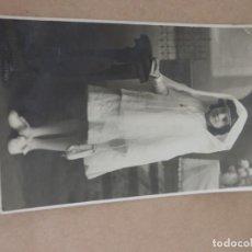 Postales: FOTOGRAFIA DE NIÑA EN SU PRIMERA COMUNION, ESCRITA EN SAN SEBASTIAN EN 1918, TAMAÑO POSTAL.. Lote 204511113