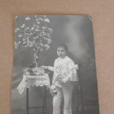 Postales: FOTOGRAFIA DE NIÑO EN SU PRIMERA COMUNION, TAMAÑO POSTAL.. Lote 204511303