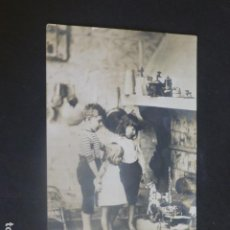 Postales: NIÑOS EN COCINA EL DIA DE NAVIDAD CON REGALOS POSTAL. Lote 204693656
