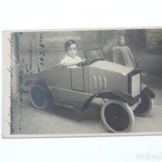 Postales: FOTOGRAFIA DE NIÑO EN SU COCHE DE JUGUETE, AÑO 1909, FOTO J. DIAZ VICTORY. TAMAÑO POSTAL.. Lote 207354721