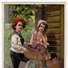 Postales: MAGNÍFICA POSTAL COLOREADA PAREJA NIÑOS CON CESTAS FLORES RELIEVES TINTA DORADA ESCRITA 1900-10 PT. Lote 215620560