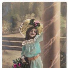 Postales: MAGNÍFICA POSTAL COLOREADA PRECIOSA NIÑA CON SOMBRERO Y FLORES ESCRITA 1900-10 PT. Lote 215622000