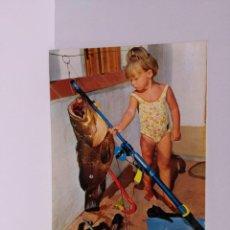 Postales: POSTAL - NIÑA PESCANDO PEZ - 1989. Lote 218439436